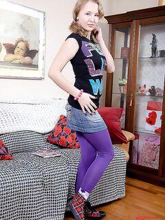 Молодую девушку в фиолетовых колготках трахнул сокурсник в общаге секс фото и порно фото