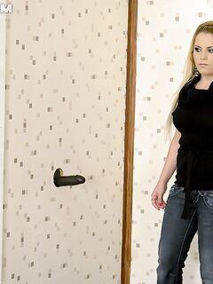 Блондинка в туалете отсасывает через дырку в стене черный фаллос секс фото и порно фото