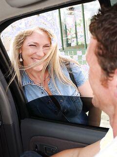 Зрелая блондинка  встретила любовника и отсосала ему член в машине секс фото и порно фото