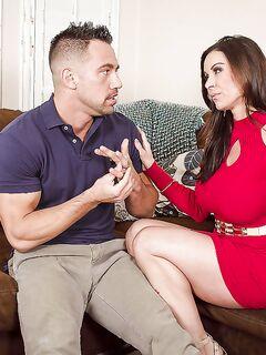 Кендра Ласт делает минет женатому мужику на диване и он кончает ей на лицо секс фото и порно фото
