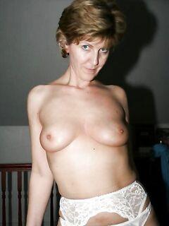 Зрелая тётка показывает свои сиськи на даче секс фото и порно фото