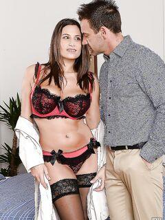 Грудастая брюнетка отсосала парню и он кончил на её грудь в номере отеля секс фото и порно фото