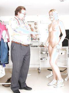 Блондинка с маленькими сиськами показывает пизду на осмотре у гинеколога секс фото и порно фото