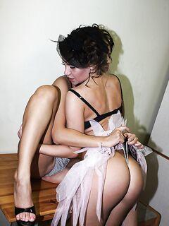 Возбудившись на кухне, лесбиянки занялись сексом в белоснежной ванной секс фото и порно фото