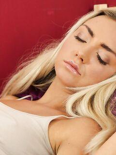 После сладкого сна блондинка довела себя до оргазма вибратором секс фото и порно фото