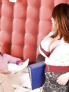Шеф в офисе выебал азиатскую секретаршу и кончил ей на лицо секс фото и порно фото
