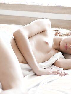 Молодая девушка показывает свою бритую пизду на камеру секс фото и порно фото