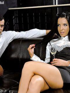 Девушку с красивыми ногами трахнул мужик на чёрном диване секс фото и порно фото