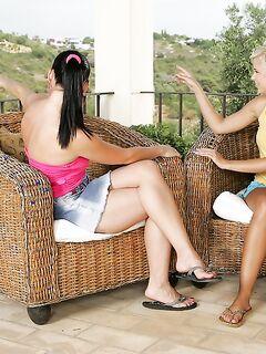 Лесбиянки порадовали друг дружку фаллосом в анус на плетёных креслах секс фото и порно фото