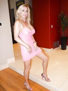 Светловолосая мамка с большими титьками позирует голышом у входа в гостиницу секс фото и порно фото