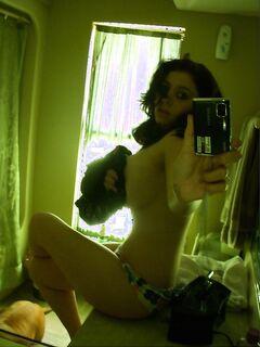 Девушки показывают свои достоинства перед зеркалом секс фото и порно фото