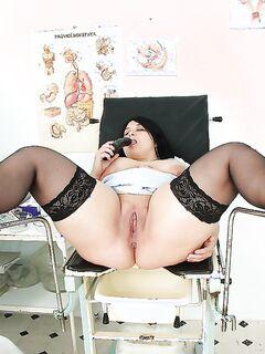 Жирная медсестра  дрочит игрушками в кабинете секс фото и порно фото