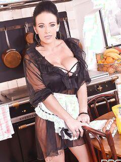 Кухонный стриптиз от пышногрудой домработницы за тридцать секс фото и порно фото