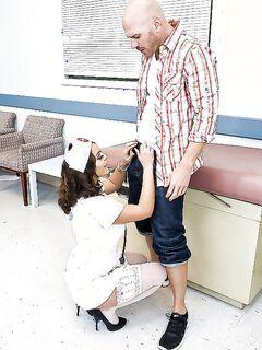 Лысый парень трахает медсестру, одетую в чулки и униформу секс фото и порно фото