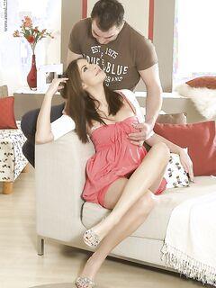 Пышногрудая девушка трахается с другом на тряпичном диване секс фото и порно фото