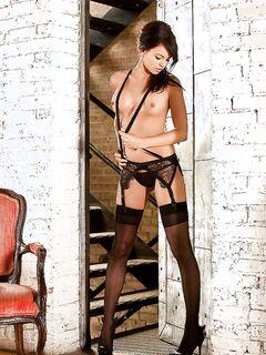 Молодая красотка Bethanie Badertscher позирует голой на красной софе секс фото и порно фото