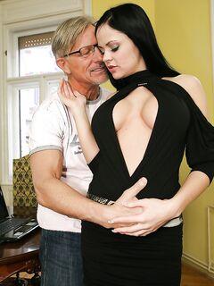 Дед вылизал киску одетой черную кофту брюнетки секс фото и порно фото