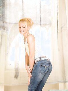 Худая блондинка показывает свои прелести на пушистом ковре секс фото и порно фото