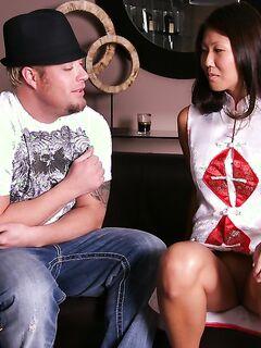 Перед массажем стройная азиатка помыла член клиента и отсосала в душе секс фото и порно фото