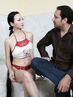 Пышногрудая мамаша из Азии подрочила член мужику после ванных процедур секс фото и порно фото