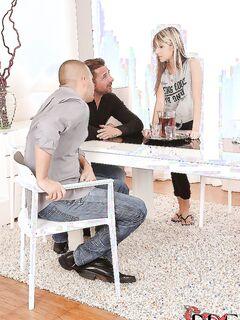Худышка в трусиках взобралась на стол ради секса втроем секс фото и порно фото