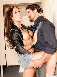 Жаркий секс женщины за тридцать с бородатым качком в туалете секс фото и порно фото