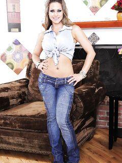 Красивая эро модель с большим бюстом раздевается у кресла секс фото и порно фото