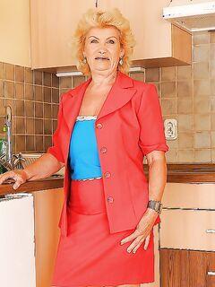 Зрелая блондинка с большими сиськами показала голое тело на кухне секс фото и порно фото