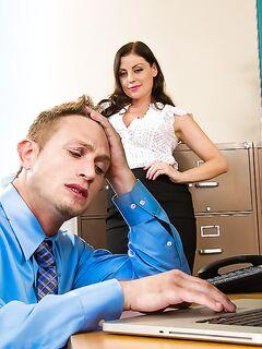 Босс трахнул секретаршу на рабочем столе и кончил ей на киску секс фото и порно фото