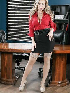 Большегрудая секретарша  развевается в своем кабинете секс фото и порно фото