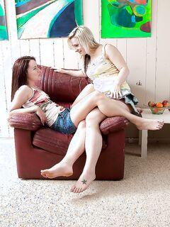 Две лесбиянки лижут киски на кожаном кресле секс фото и порно фото