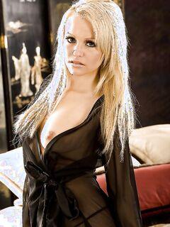 Красивая блондинка раздевается и позирует голая на кровати секс фото и порно фото