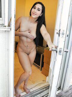 Темноволосая латинка дрочит киску на застеленном диване секс фото и порно фото