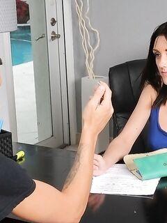 Худую брюнетку выебали на кастинге перед камерой секс фото и порно фото