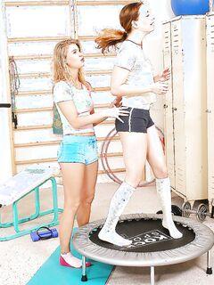 Лесбиянки после тренировки порадовали друг друга языками и фаллосом в спортзале секс фото и порно фото