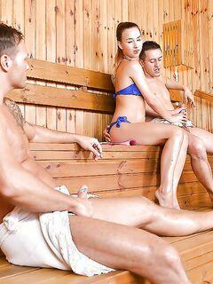 Тёлочка в бикини сосёт в сауне сразу два члена секс фото и порно фото