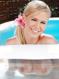 Молодая блондинка удовлетворяет себя игрушкой в бассейне секс фото и порно фото