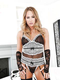 Блондинка в костюме горничной показывает волосатую киску секс фото и порно фото