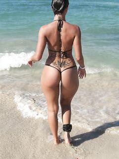 Туристки показывают толстые жопы на пляже секс фото и порно фото