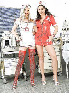 Медсёстры-лесбиянки дразнят киски друг друга языками и пальцами секс фото и порно фото