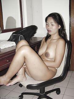 Грудастая азиатка дрочит свою киску на кровати секс фото и порно фото