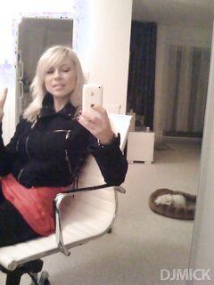 Молодые красотки стоят перед зеркалом в полуголом состоянии секс фото и порно фото