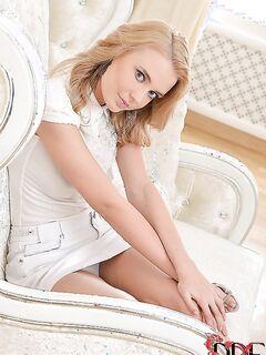 Красивая онанистка развлекается с дилдо на белом кресле секс фото и порно фото