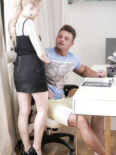 Лола Тейлор сосет член ради спермы на маленьких сиськах секс фото и порно фото