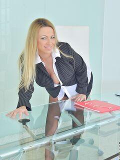 Секретарша  позирует голой на фоне стеклянного стола секс фото и порно фото