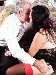 Мужик отымел и кончил жирной любовнице на выбритый лобок секс фото и порно фото