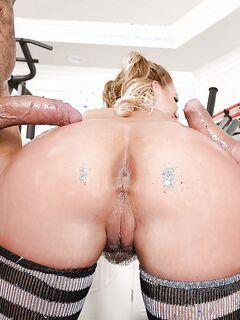 Милфа с шикарной жопой делает глубокий минет в спортзале секс фото и порно фото