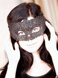 Брюнетка в маске дрочит лысую киску на удобном сидении секс фото и порно фото