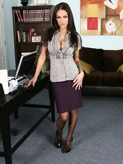 Секретарша  сексуально раздевается в офисе секс фото и порно фото