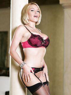 30летняя блондинка с большими сиськами и жопой разделась дома секс фото и порно фото